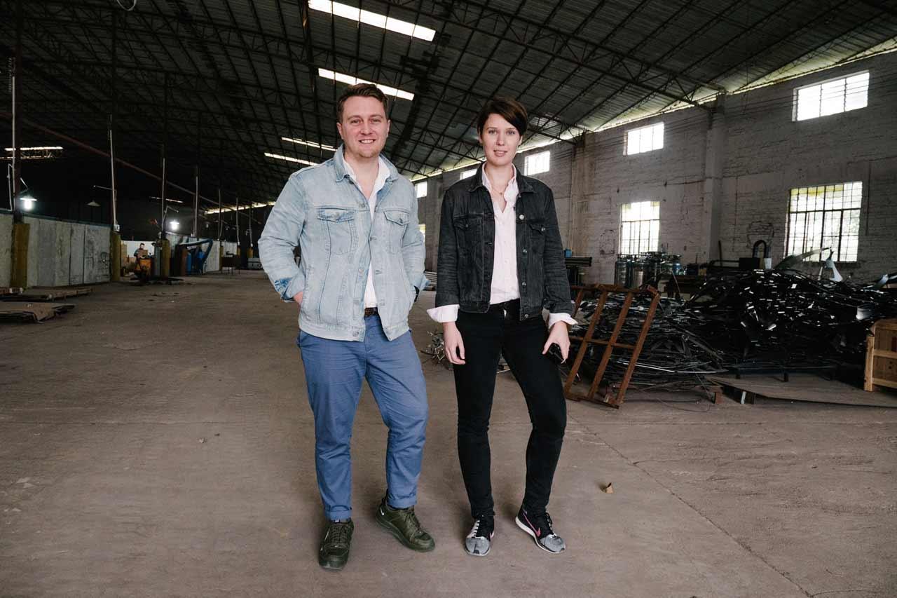 Bilde av Markus Vesøen og Elisabeth Bratteberg på fabrikk i Kina.