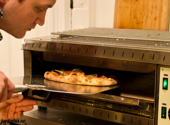 Tar ut pizza fra 500c grader pizzaovn gruve