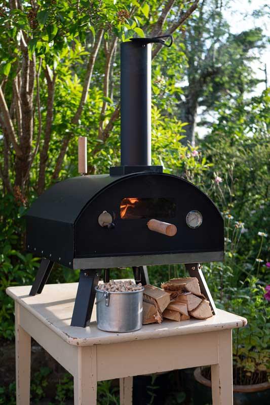Vedfyrt pizzaovn til hagen fra Gruue. Norsk design pizzaovn